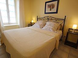 Chambre double avec lit fait