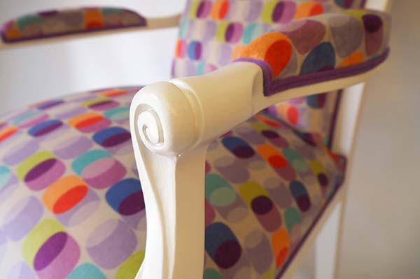 Détail du fauteuil Voltaire relooké