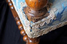 Tissu et dentelle d'un fauteuil Louis XIII d'époque