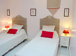 Chambre rose avec lits jumeaux