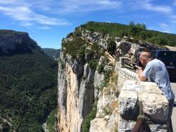 Des touristes observant les gorges d