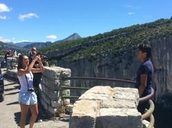 Des touristes prenant des photos dan