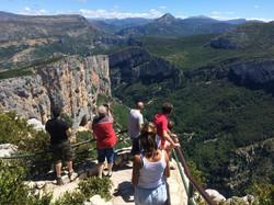 Des touristes admirant les Gorges du