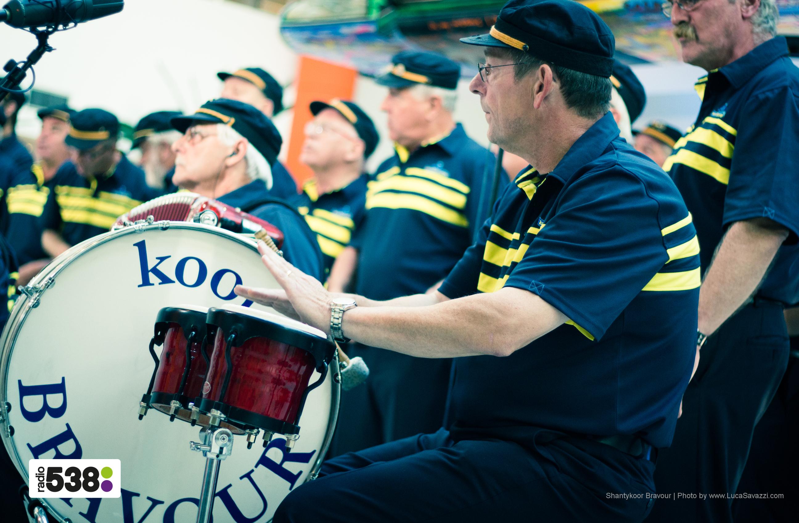 Gerard op de bongo