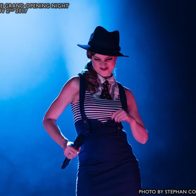 Die Swing Tänzerin und Sängerin Lucy Flo
