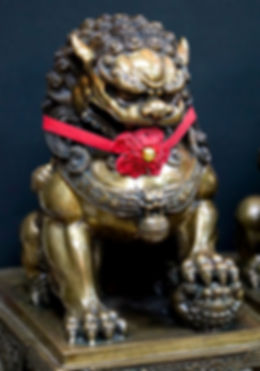 Lion bronze staue