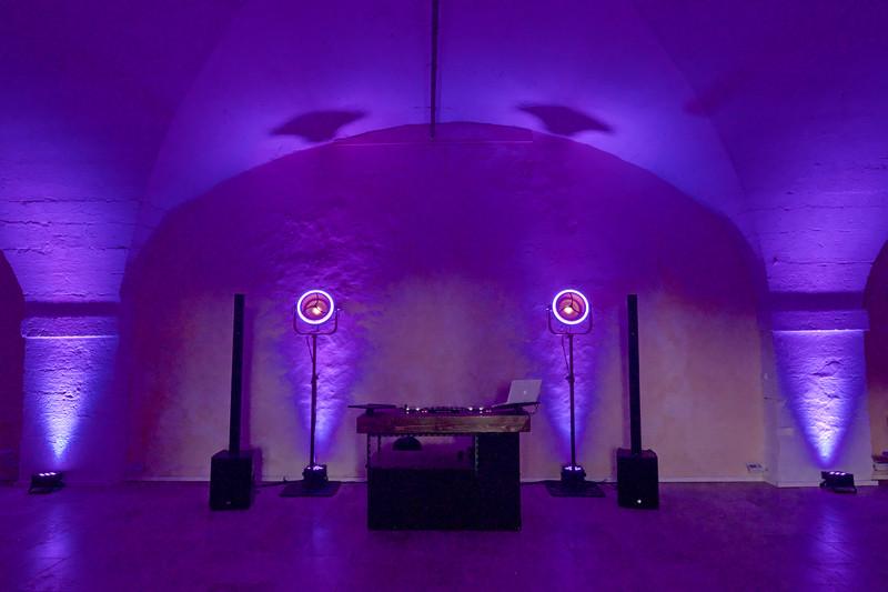 Quand la nuit tombe... la magie opère... Une mise en lumière raffinée pour votre salle de mariage.