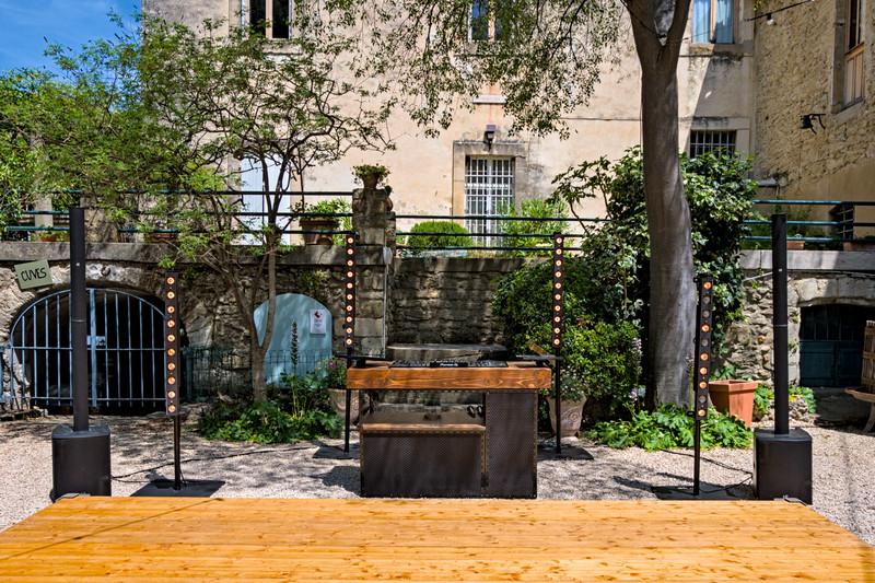 Installation DJ pour un mariage en extérieur au Domaine d'Escarvaillac. Qui a dit qu'en journée on ne pouvait pas faire de lumière?