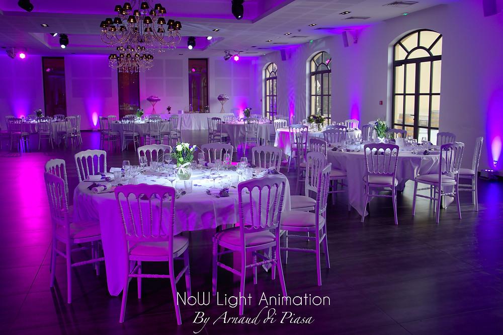 Mise en lumière de la salle de réception pour un mariage au Château de Saint Hilaire