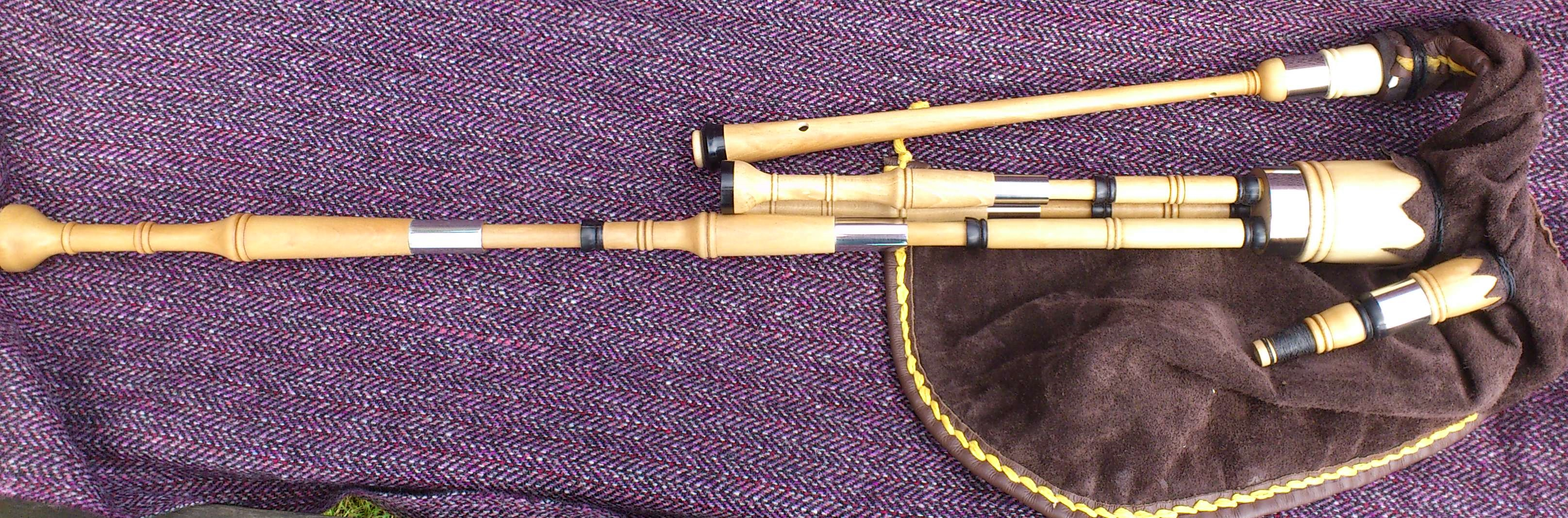 holly borderpipes with black buffalo horn (12).JPG