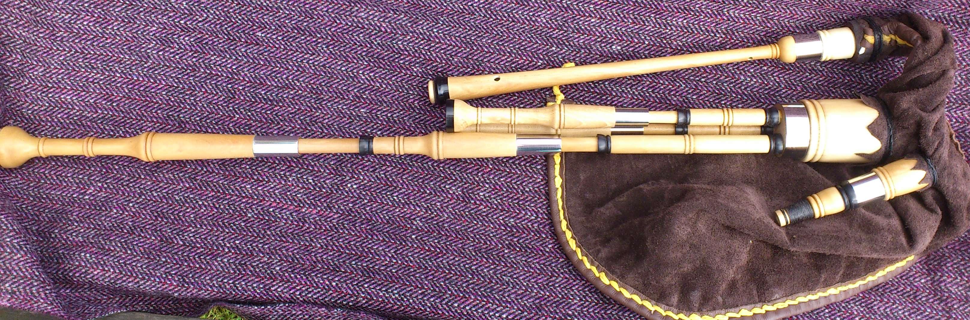 holly borderpipes with black buffalo horn (12).JPG