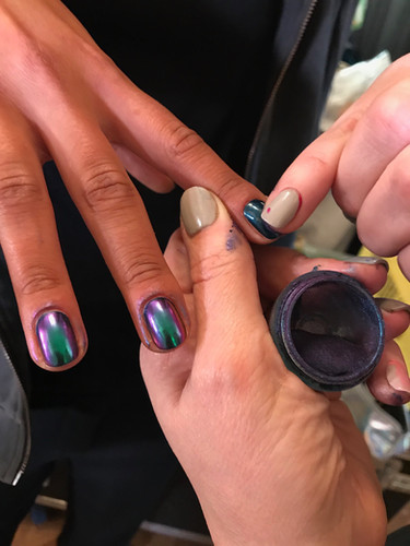 Lacking med beetle / skarabe-look för Emelie Janrell, Fashion Week Stockholm. Använder chrome powdere från Aurora Nails.