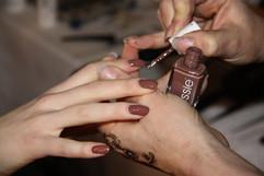 Manikyrister i full action, målar rostfärgat nagellack från Essie.