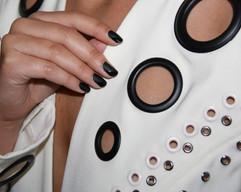 Detalj från Lamijas visning. Svarta naglar: matt och blankt.