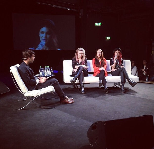 I panelen på Attitude-mässan i Stockholm. Sitter i intervjusoffan med Tilda Nordh och Linda Hallberg. Moderator är Daniel Paris.