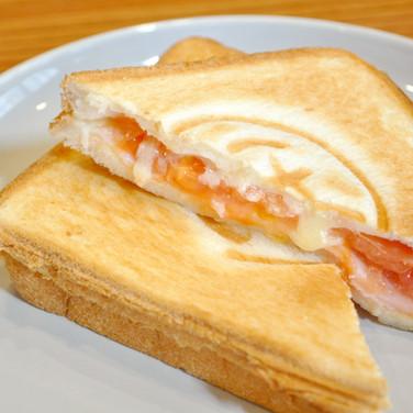 定番のハムトマトチーズ