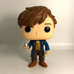 02 Newt Scamander with Egg