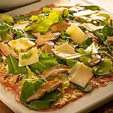 Carpaccio de carne ou salmão  com mix de folhas verdes e shiitake