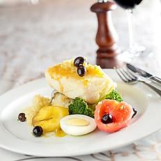 Bacalhau Jardim - Postas de bacalhau grelhado com legumes puxados na manteiga , acompanha ovos cozidos e azeitonas portuguesas