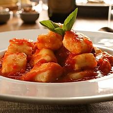 Nhoque de batata rústica (ao molho de tomate fresco com manjericão e grana padanno)