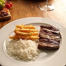 Picanha fatiada acompanha arroz e fritas