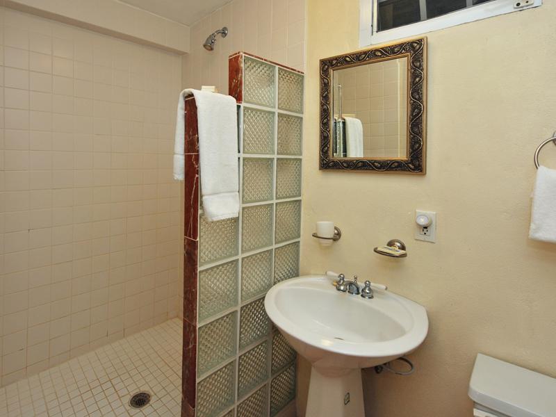 En-suite Bath of Guest House King BR