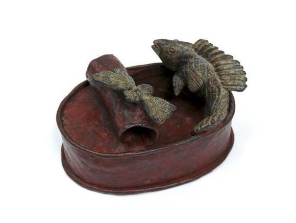 Lata con pez y cigarra, bronce, 7 X 12 X 8 cm