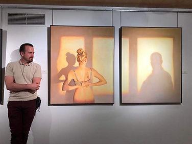 Alberto junto a dos cuadros.jpg