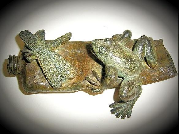 Tubo con rana y libélula, bronce, 5 X 15 X 9 cm