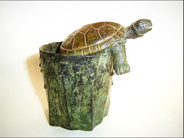 Vaso con tortuga, bronce, Vaso con tortuga: 11 X 11 X 8 cm