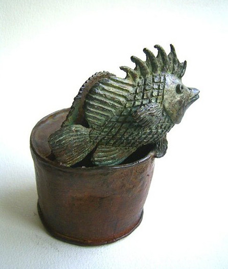 Lata circular con pez, bronce,  11 X 10 X 8 cm