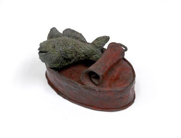 Lata con pez, bronce, 8 X 12 X 10 cm