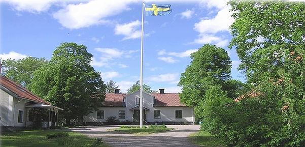 Karby byggnaderna o flagga beskuren.jpg