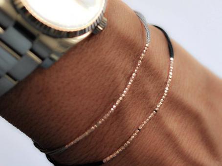 Montre d'homme + bracelets fins = le bon mix !
