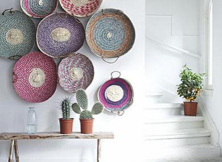 Inspiration déco : des objets et tapis ethniques colorés contrastent sur des murs blancs. Bohème chi