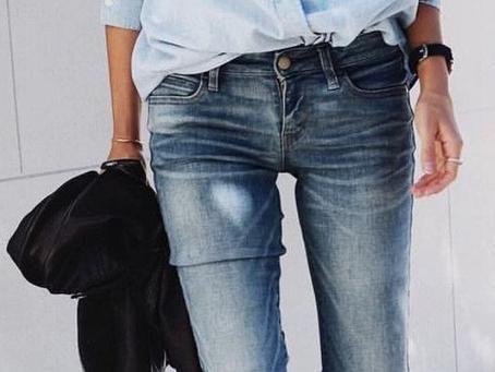 L'élégance nonchalante d'une chemise en coton chambray bleue piquée dans le placard de son h