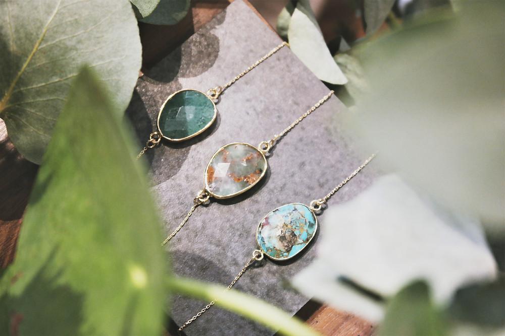 Bracelet createur plaque or avec pierre fine turquoise