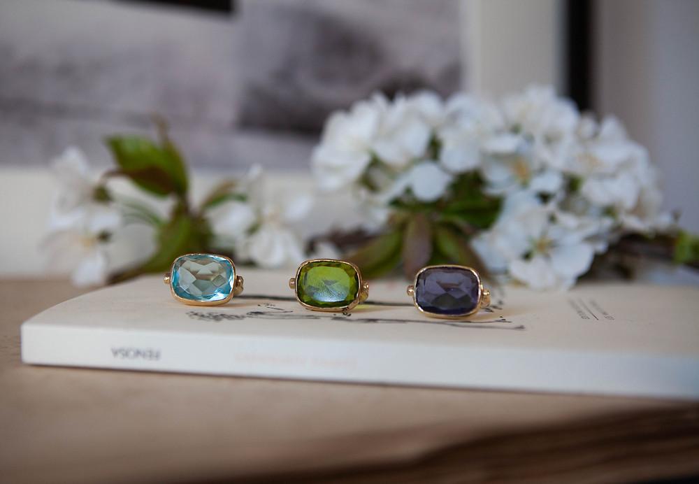 Bagues de créateur Calypso au style boheme chic avec pierres semi precieuses topaze pierre bleu, peridot pierre verte, améthyste pierre violette