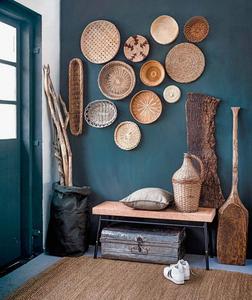 Des objets tressés en osier sur un mur d'un bleu profond apportant la touche contemporaine.  Photo : Ernie Enkelaar
