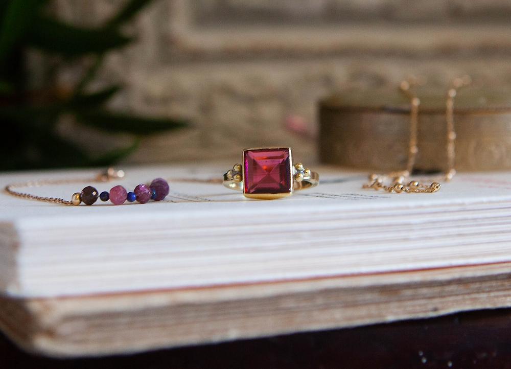 La bague de createur Louise en laiton avec pierre de tourmaline, et le bracelet de createur plaque or Poppy avec Tourmaline et lapis lazuli