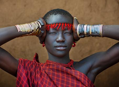 Portrait de Miss Domoget, de la tribu Bodi de la vallée de l'Omo en Ethiopie par Eric Lafforgue