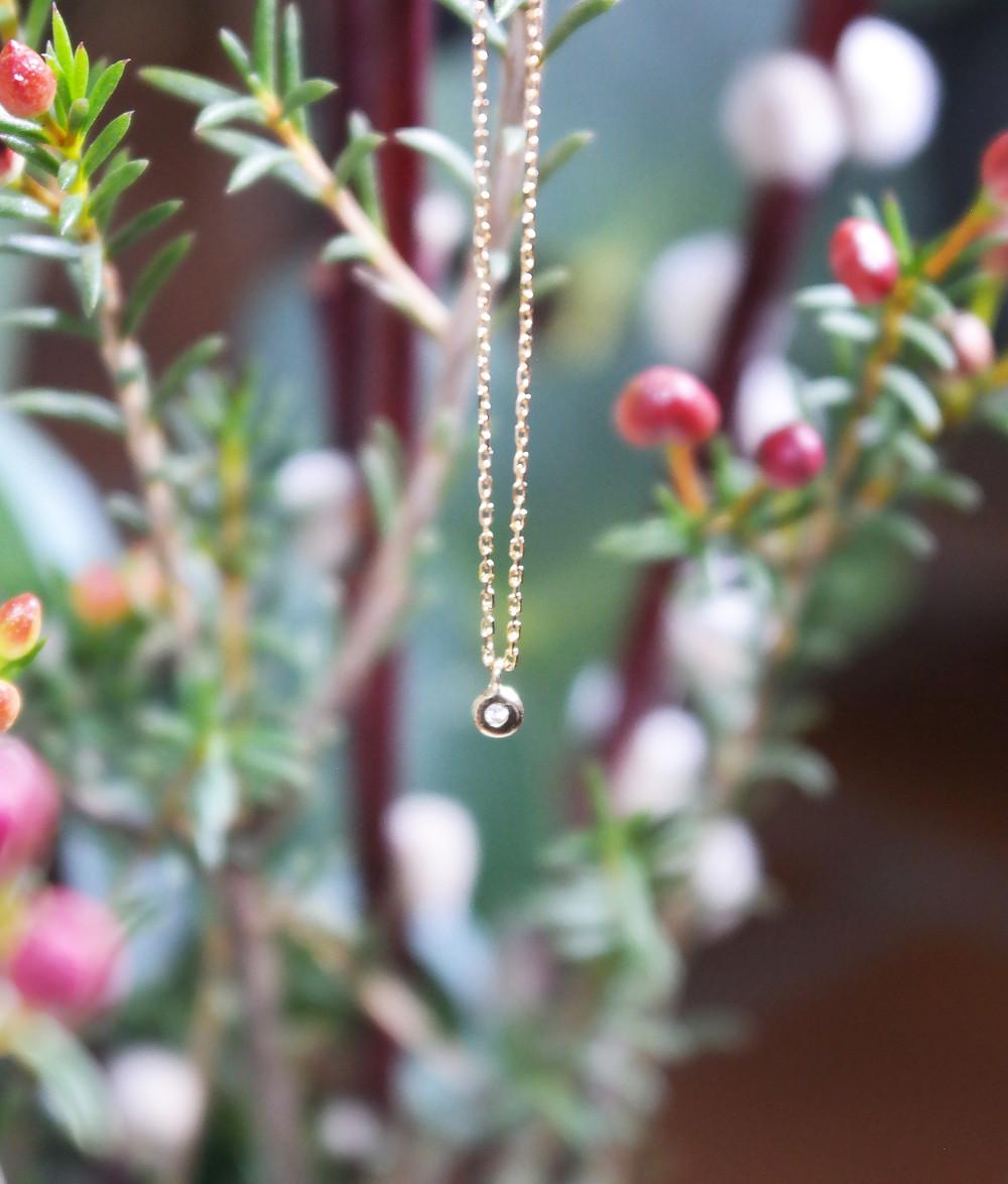 Collier de createur Stalactite avec une chaine fine en or 18 carats et un diamant.