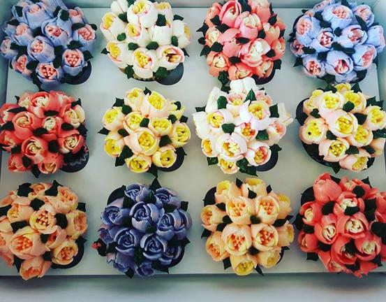 Flower cupcakes! #glutenfree #cupcakes #flowers #russiantips #cakestagram #nutfree #homemade #smallbatch #georginascakes #hotroastcompany #g