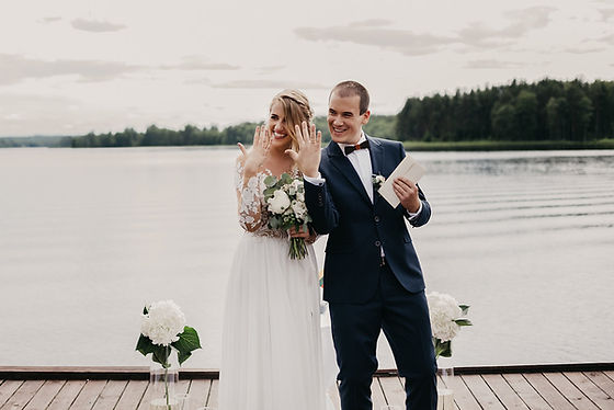 Vestuves ant liepto, vestuves prie ezero, pinjata vestuves, vesuves