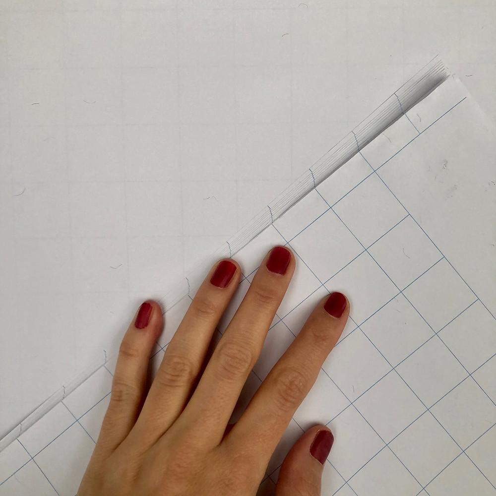 Zum Vergleichsbild der karierte Vorderseite und der durchschimmernden Linien, wenn der Block umgedreht ist