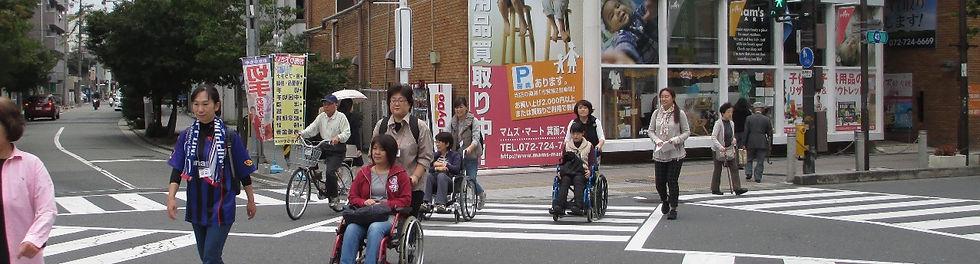 車椅子に乗って外出をする講義もあります。