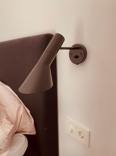 Vegglampe ved seng med dimmer og stikkontakt