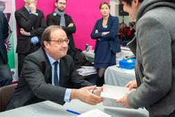 Dédicace de François Hollande lors du salon du livre de Limoges