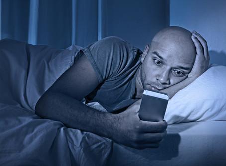 אור כחול - איך זה פוגע בשינה וכיצד לפתור זאת?