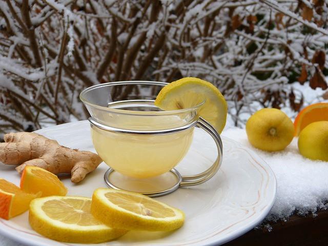 חליטת לימון וג'ינג'ר לחיזוק המערכת החיסונית וניקוי גוף בסתיו